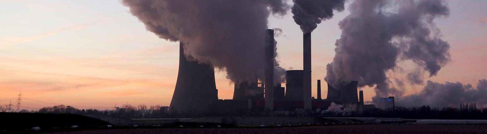 Kohlekraftwerk mit rauchenden Türmen