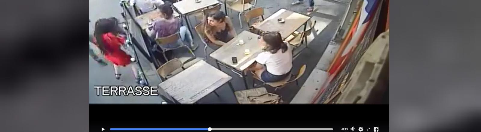 Menschen in einem Café. Eine Frau wird angegriffen.