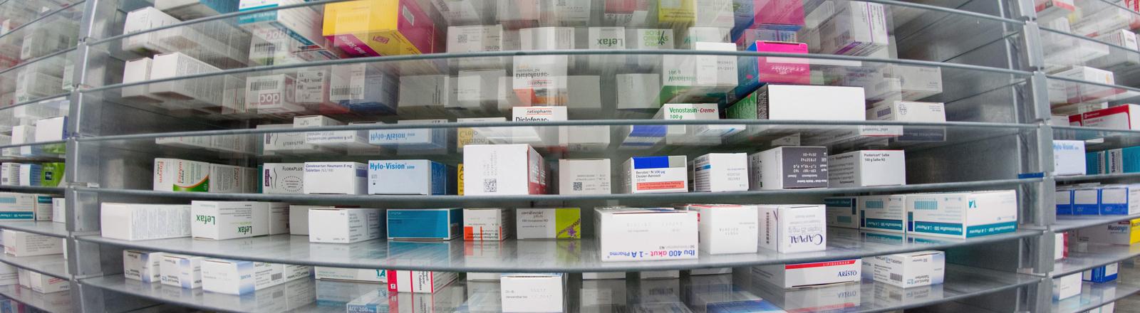 Medikamente in einem Regal