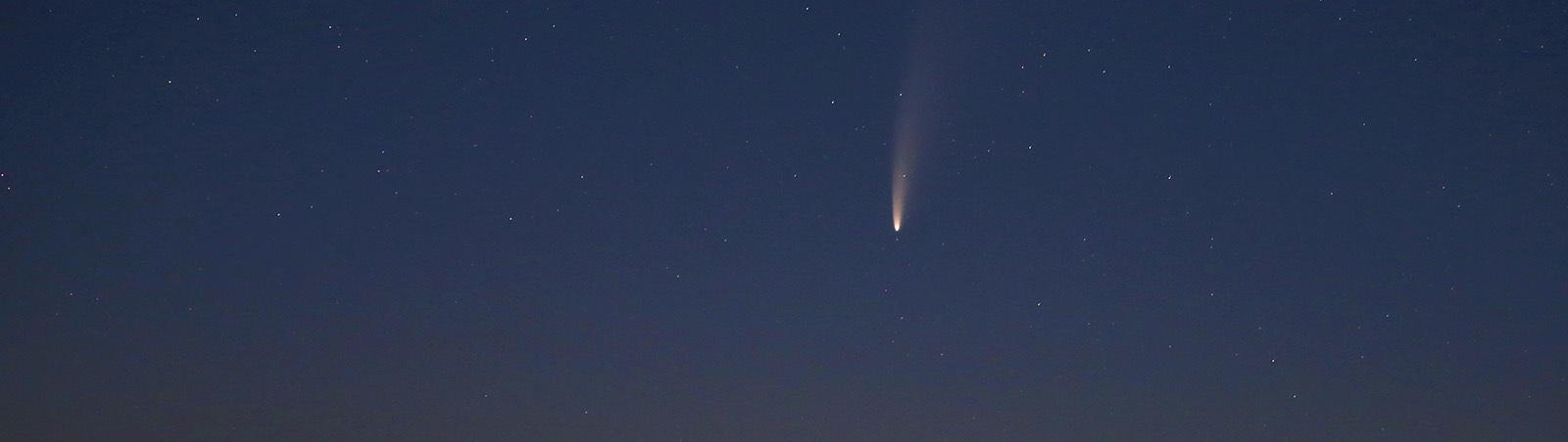 12.07.2020, Bayern, Bad Wörishofen: Der Komet Neowise oder C/2020 F3 ist vor Sonnenaufgang gegen 3.30 Uhr am Sternenhimmel zu sehen.