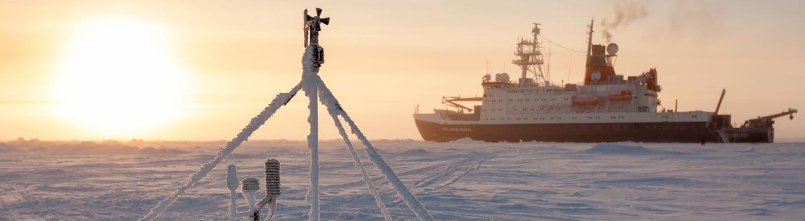 Ein Eisbrecher in der Arktis