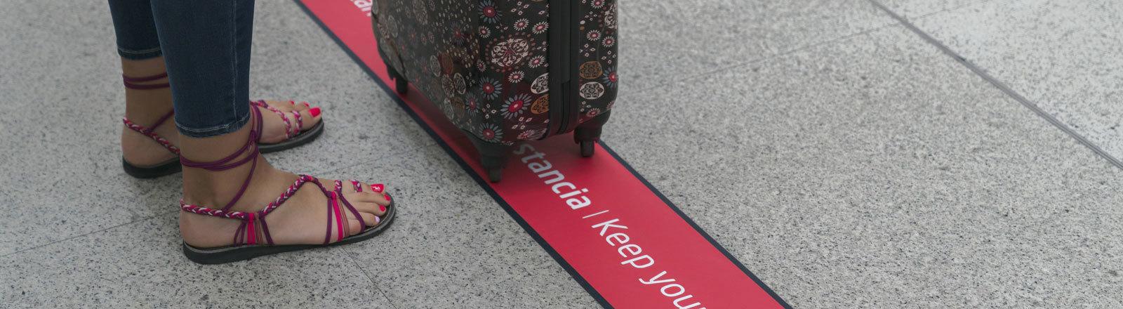 Frau mit einem Koffer