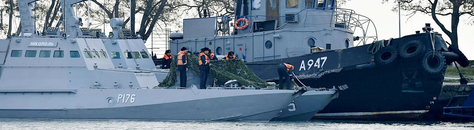 Kriegsschiffe im Hafen