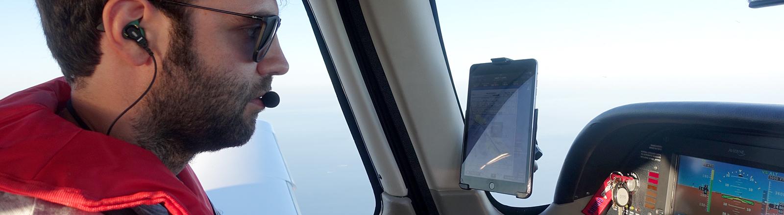 Mann in einem Cockpit