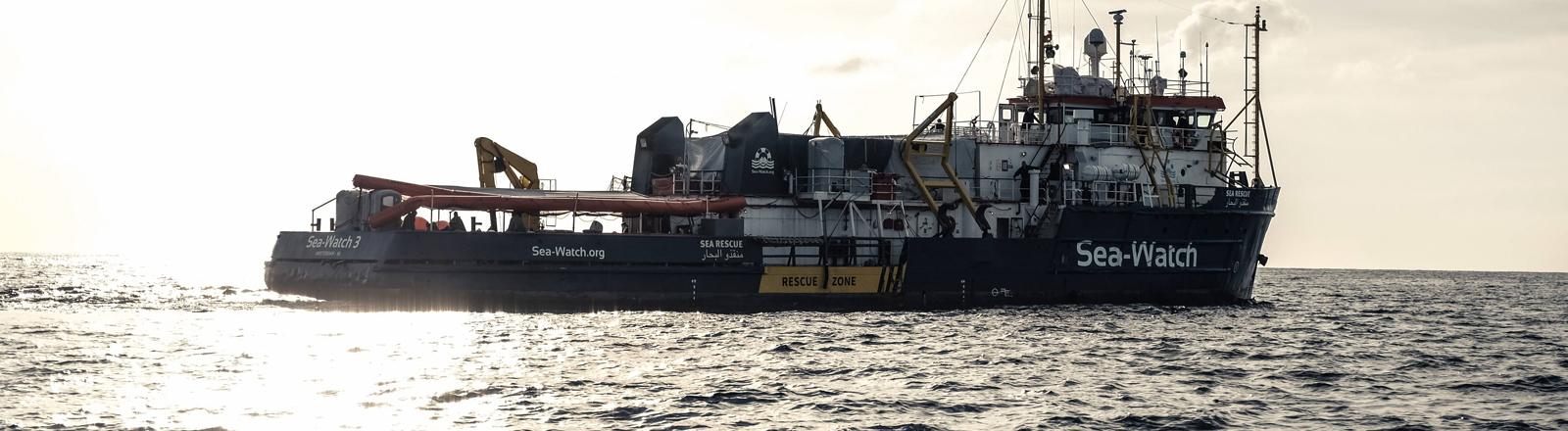 Schiff auf offenem Meer