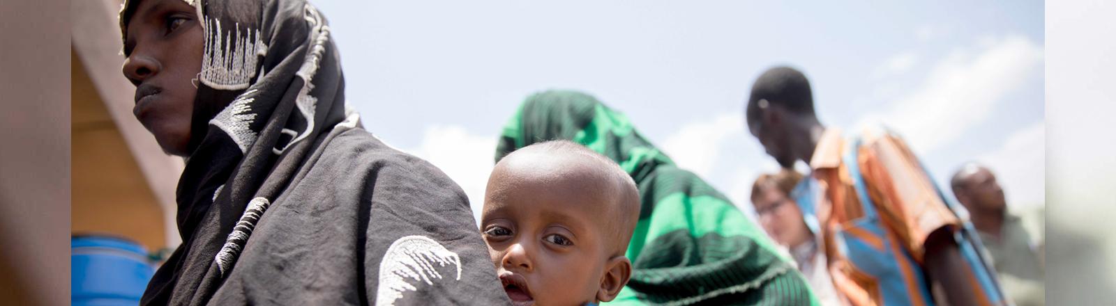 Menschen stehen Schlange in einem Flüchtlingslager in Äthiopien.