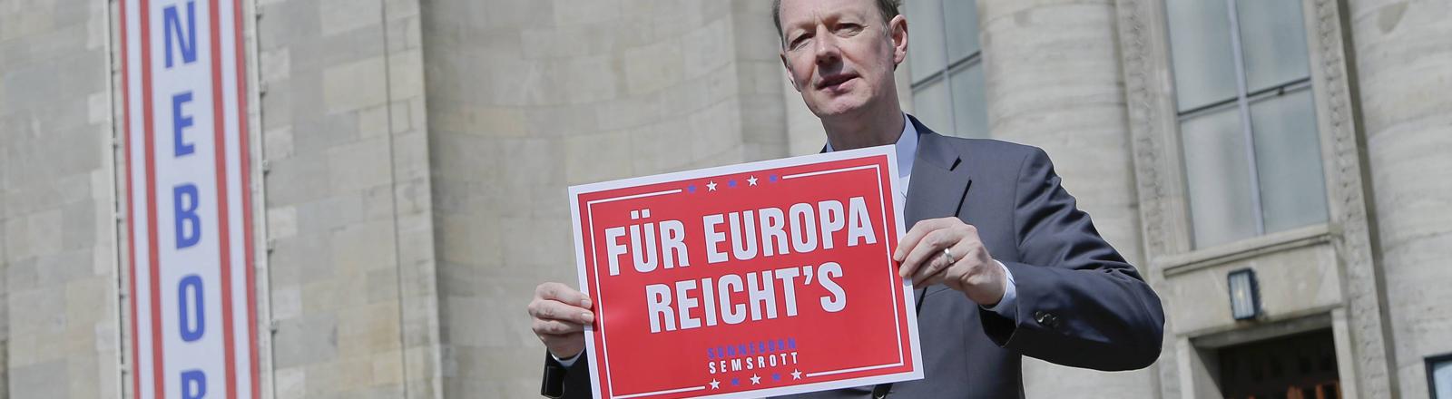 """Martin Sonneborn mit einem Plakat """"Für Europa reicht's"""""""