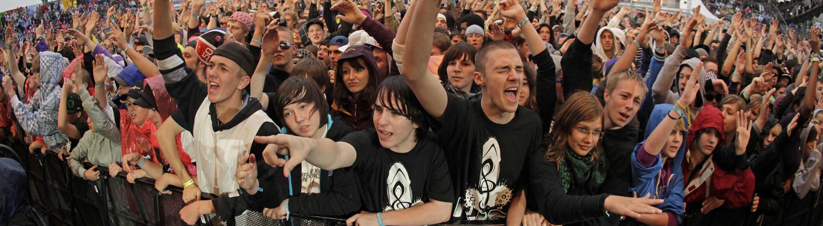 """Besucher des HipHop- und Reggae-Festivals """"Splash!"""" stehen am Samstag (11.07.2009) in der Baggersstadt Ferropolis"""