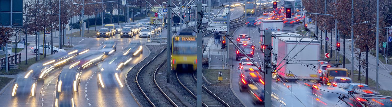 Blick auf eine mehrspurige Straße und eine Straßenbahn.