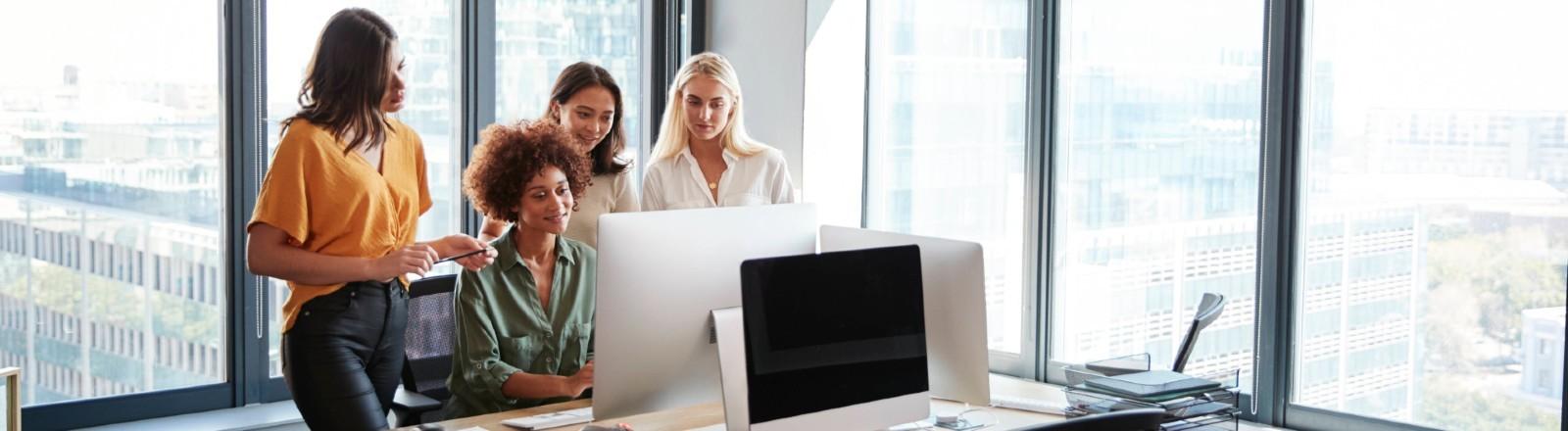 Ein Team junger Frauen bei der Arbeit.