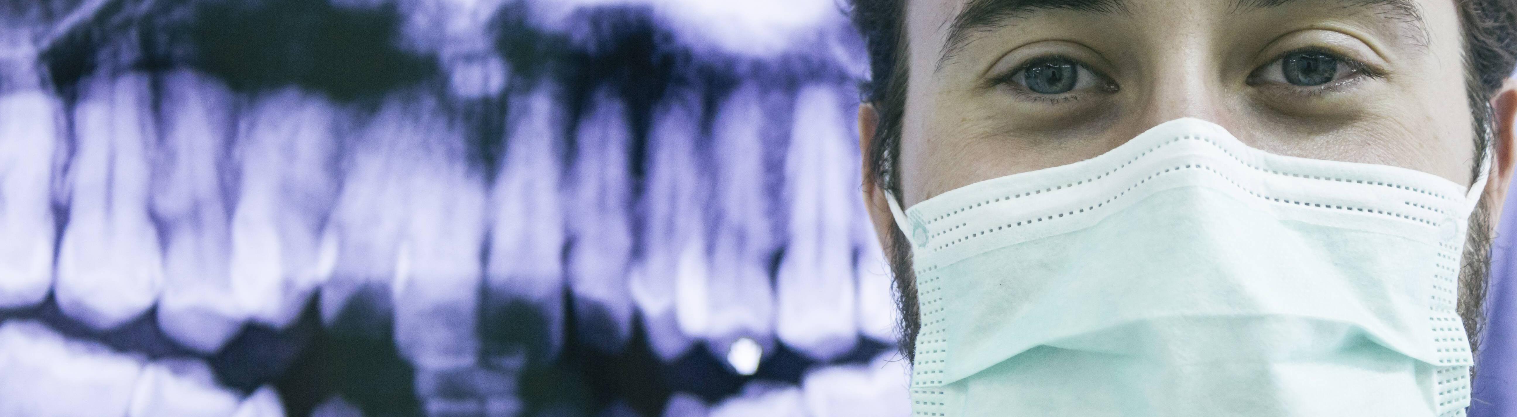 Zahnarzt mit Maske