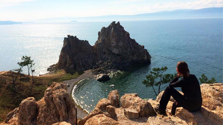 Anne Duchstein schaut auf den sagenumwobenen Schamanenfelsen der Insel Olchon im Baikalsee - Russland
