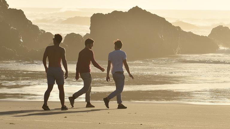 Drei Jungs der Seven-Down-South-Crew an einem Strand in Nord-Kalifornien