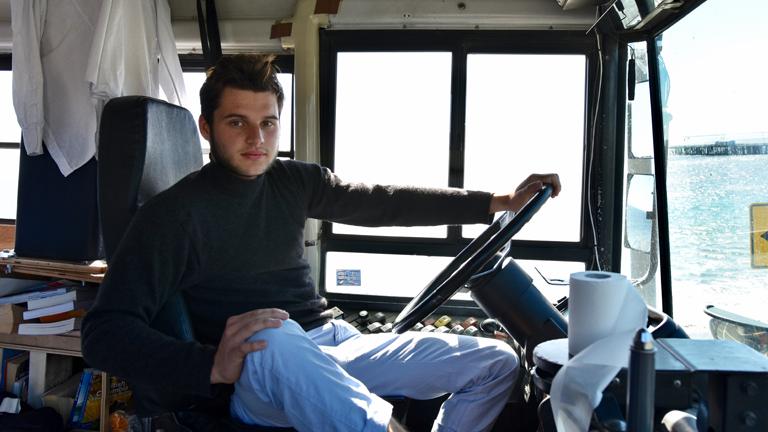 Samuel Donath am Steuer eines zum Reisebus umgebauten Schulbusses