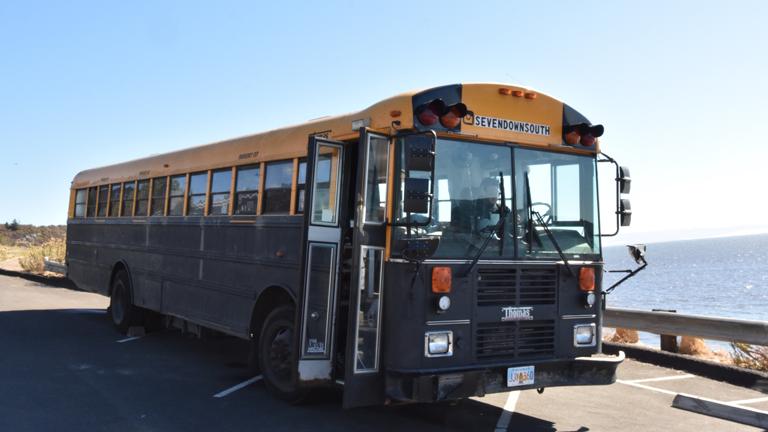 Ein zum Reisebus ausgebaut Schulbus