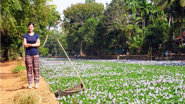 Anne Duchstein vor den Backwaters - Kerala, Südindien