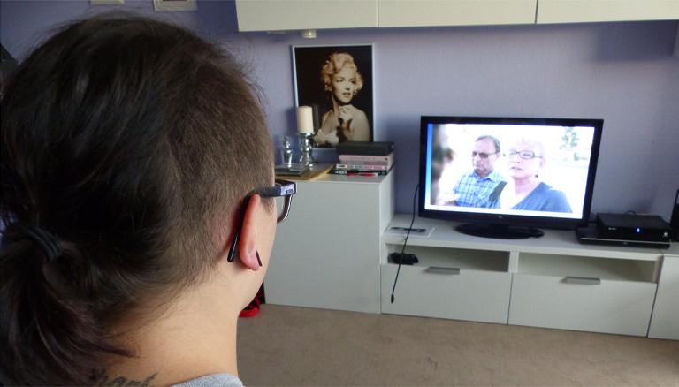 Rebecca vor dem Fernseher
