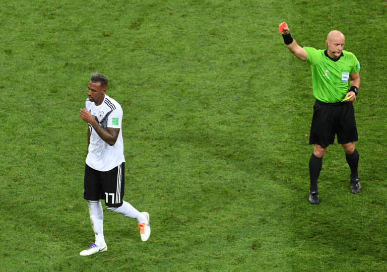 Schiedsrichter Szymon Marciniak zeigt Jerome Boateng die Rote Karte