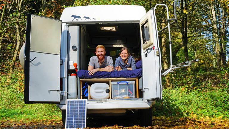 Anne & Sebastian in ihrem selbst ausgebauten Camper. Das Ziel: die Mongolei!
