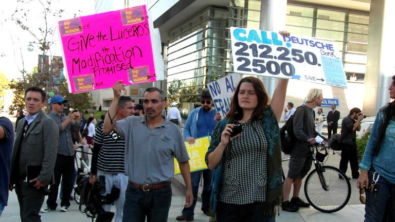 Mehrere Personen halten Plakate in die Höhe und protestieren für die Familie Lucero.