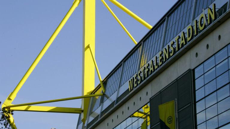 """Das Stadion von außen mit dem Schriftzug """"Westfalenstadion"""". Bild: dpa"""