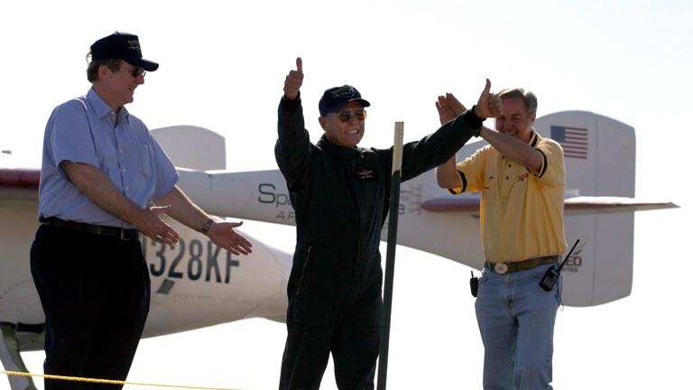 Der Milliardär Paul G. Allen, Geldgeber des Projekts, Astronaut Mike Melvill und der Entwickler Burt Rutan (v. l. n. r.) feiern den erfolgreichen Flug ins All.