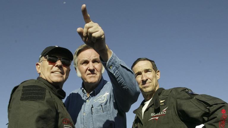 Burt Rutan und die zwei Piloten Mike Melvill und Brian Binnie.