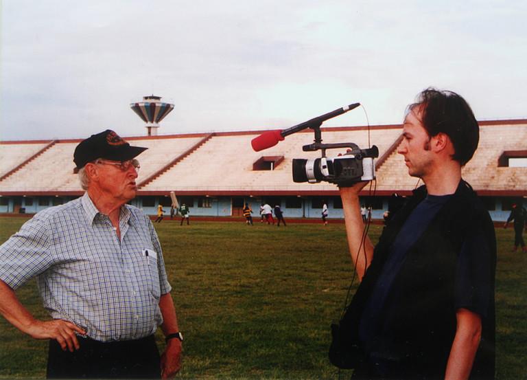 Rudi Gutendorf und der Filmemacher Piet Fuchs mit Kamera.