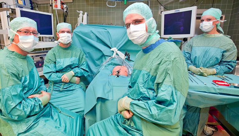 Der Chirurg Benno Ure (links) und sein Team legen während einer Operation eine Pause ein.