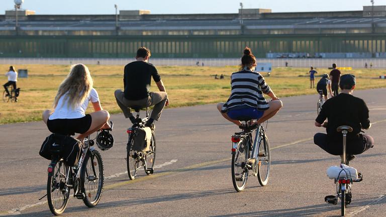 Fahrradyoga auf dem Tempelhofer Feld