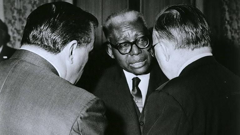 Haitis Diktator Francois Duvalier disktutiert mit zwei Männern