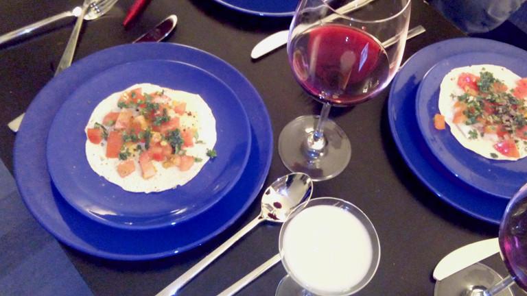 Zwei Teller mit Gemüsecrepes, daneben Weingläser,in einem anderen Glas ist eine undefinierbare Mischung.