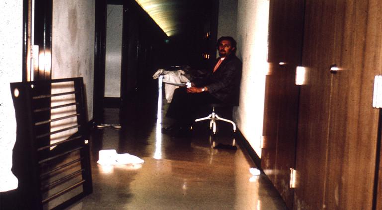 Philip Zimbardo ist der Versuchsleiter beim Standford-Prison-Experiment.