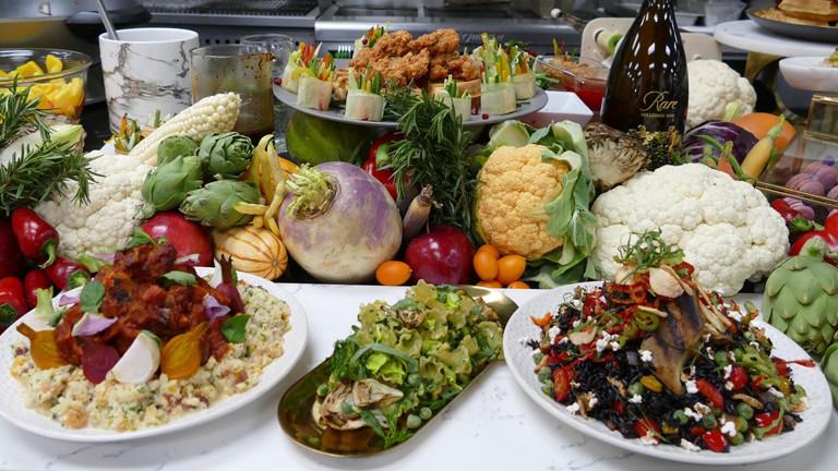 Reichlich Gemüse bereitet Star-Koch Wolfgang Puck nach der Oscar-Gala beim Governors Ball zu.