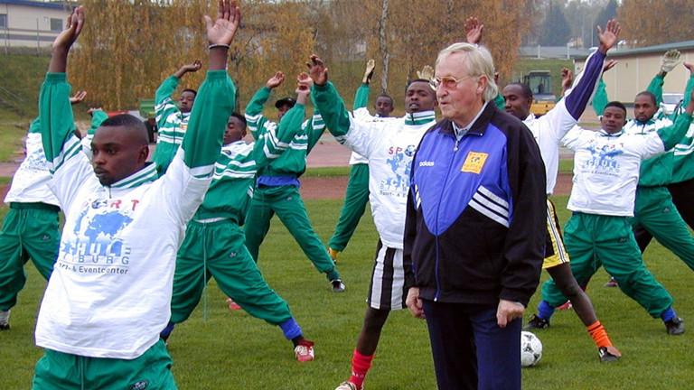 Helmut Gutendorf beim Training mit Spielern aus Ruanda
