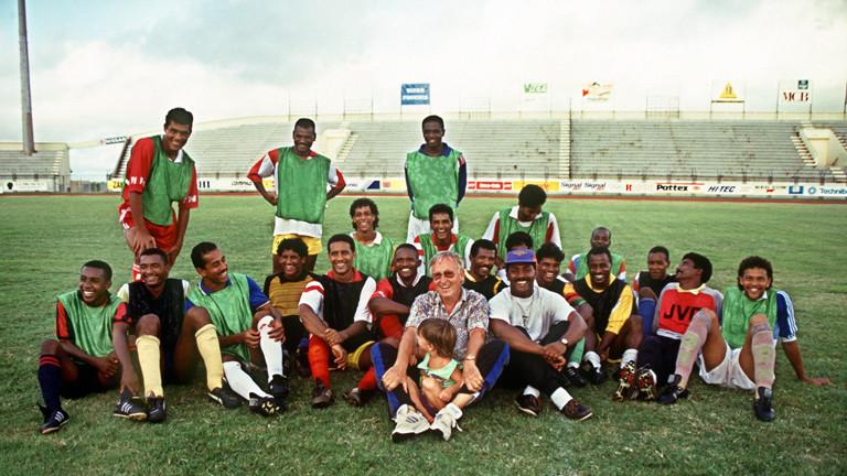 Helmut Gutendorf mit einer Fußballmannschaft auf Mauritius.