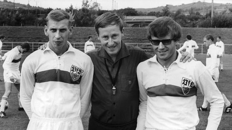 Helmut Klopfleisch mit zwei Spielern vom VfB im Jahr 1966