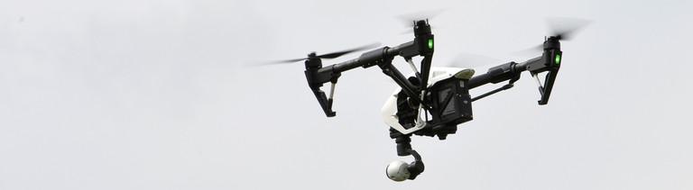 Eine Drohne kreist über einem Grundstück in der Luft