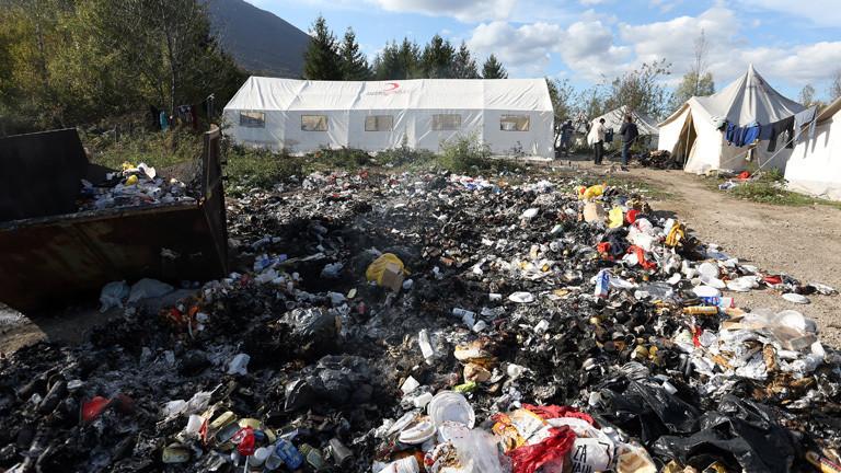 Müllberg vor weißen Zelten in dem illegalen Flüchtlingscamp Vucjak