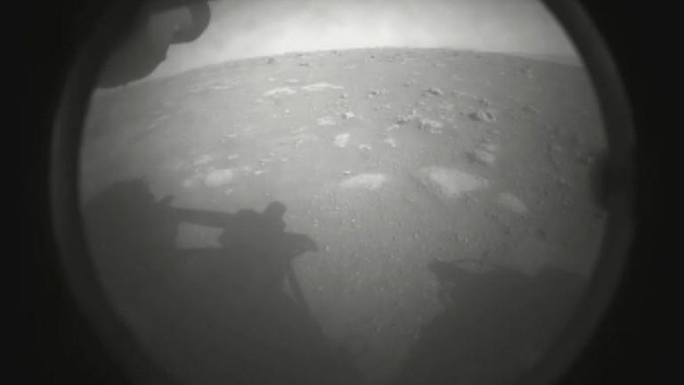 """Eines der ersten Fotos, das der Nasa-Rover """"Perseverance"""" vom Mars gemacht hat."""