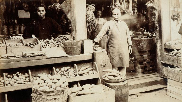 Kleines von einem Chinesen betriebenes Geschäft in San Francisco um 1880.