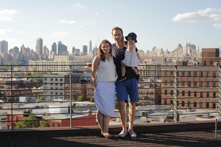 Christina Horsten und Felix Zeltner auf einem Dach mit Blick über New York.
