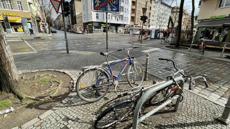 Ein unangeschlossenes Rad auf einem Platz in Berlin Kreuzberg.