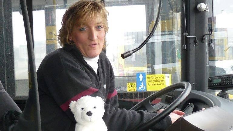 Busfahrerin Antje Boesler in ihrem Bus in Berlin