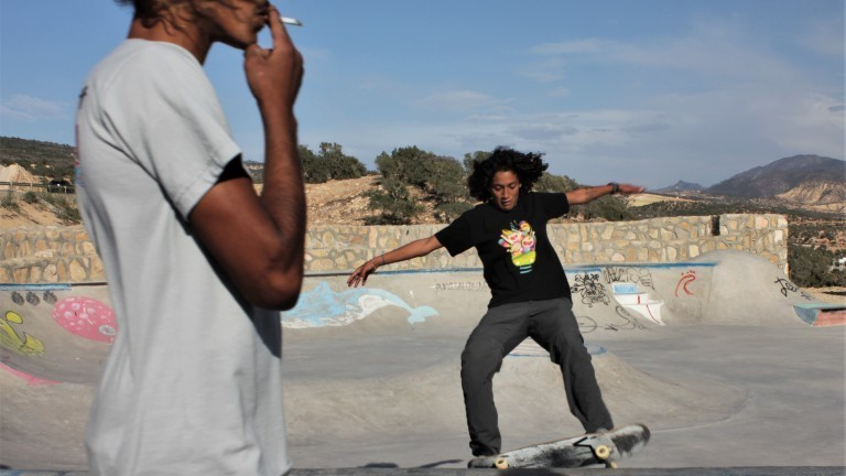 Eine junge Frau in Marokko im Skatepark