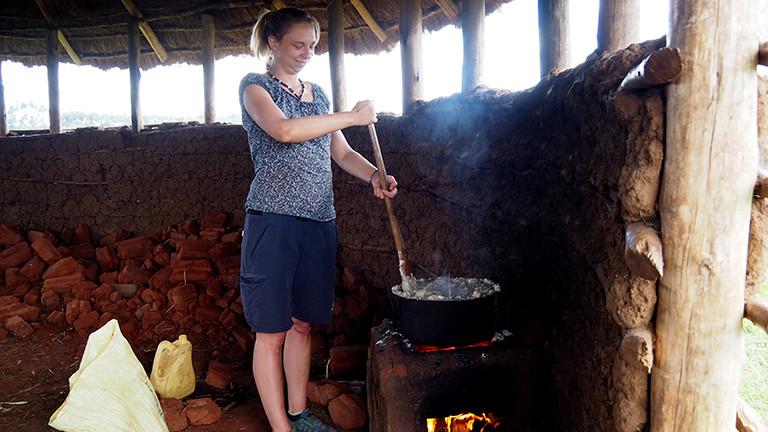 Beim Ugali Kochen