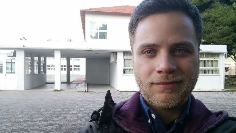Reporter Panajotis Gavrilis vor der Schule, in der morgen in Polygyros gewählt wird.