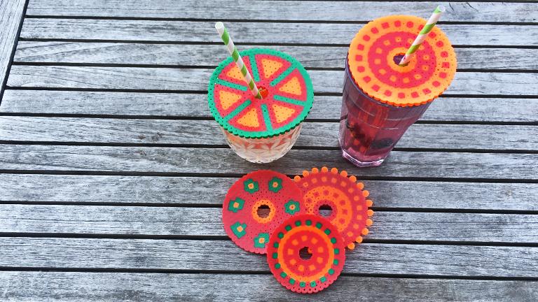 Zwei Cocktailgläser mit selbstgemachtem Bügelperlen-Deckel zum Schutz gegen Wespen