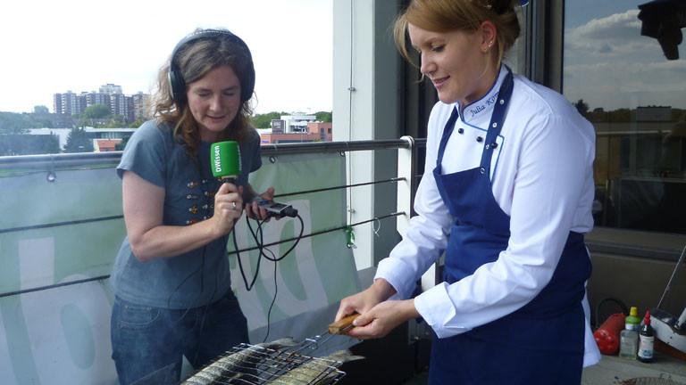 Moderatorin Verena von Keitz und Köchin Julia Komp am Grill