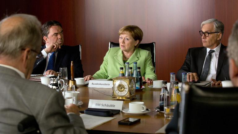 """Sigmar Gabriel (Timo Dierkes), Angela Merkel (Imogen Kogge) und Frank-Walter Steinmeier (Walter Sittler): Szene aus dem TV-Film """"Die Getriebenen"""""""